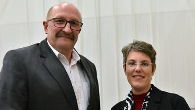 Schulratspräsidentin Esther Hagmann und Gemeinderat Christian Gerhardt wurden verabschiedet. Sie hören Ende Jahr auf. (Bild: Heini Schwendener)