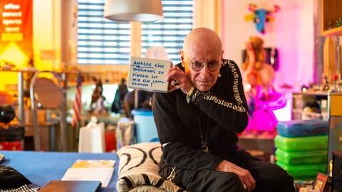 «Ich werde wie ein Analphabet behandelt»: Arturo Diaz, hier zu sehen in seiner Wohnung an der Bundesstrasse, verweigert sich der Digitalisierung – und bekommt das zu spüren. (Bild: Dominik Wunderli (18. Dezember 2019))