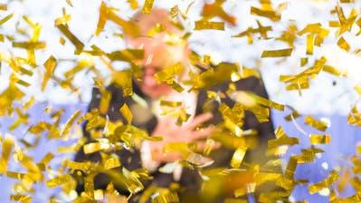 Auch 2020 wird ein Unternehmer oder eine Unternehmerin im Goldregen für den Gewinn des Prix SVC stehen. (Manuel Lopez/Keystone)
