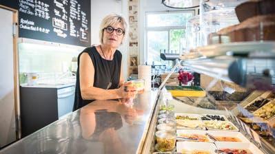 Die Gastwirtin Simone Siegmann an der Thekedes Restaurants. ((Bild: Andrea Stalder))