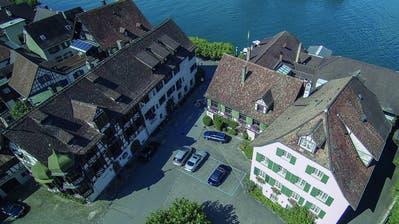 Die Drachenburg (links) und das Waaghaus liegen direkt am Seerhein. ((Bild: pd))