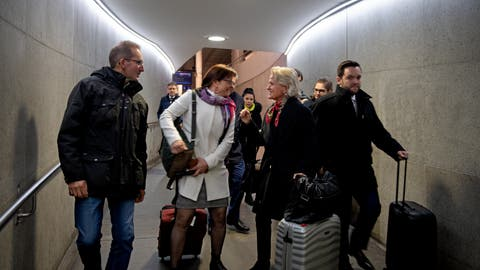 Auf dem Weg ins Bundeshaus: Andrea Gmür (Mitte rechts) begrüsst Priska Wismer. (Bild: Corinne Glanzmann (Bern, 2. Dezember 2019))
