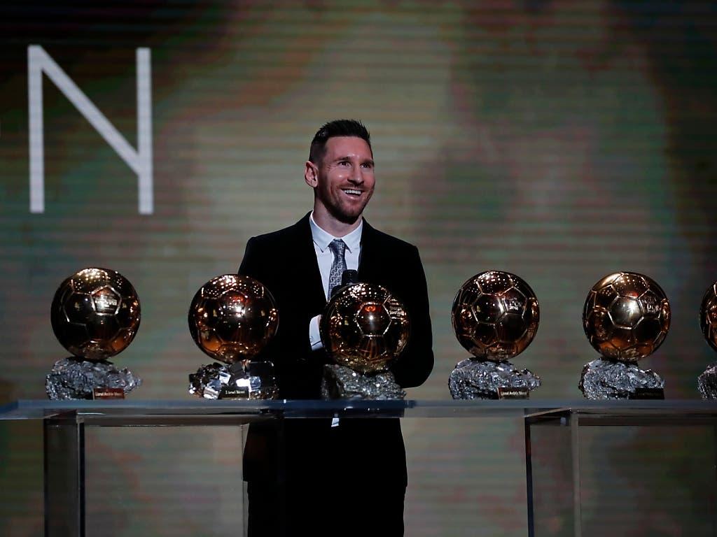 Messi wurde erstmals seit 2015 und zum insgesamt sechsten Mal mit dem Ballon d'Or ausgezeichnet. Damit liegt er wieder einen Titel vor seinem grossen Konkurrenten Cristiano Ronaldo, der sich mit dem 3. Rang zufrieden geben musste. Der Portugiese war an der Preisverleihung in Paris nicht anwesend