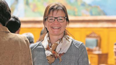 Unter tosendem Applaus wird Priska Wismer im Luzerner Kantonsrat verabschiedet. (Bild: Corinne Glanzmann (Luzern, 2. Dezember 2019))