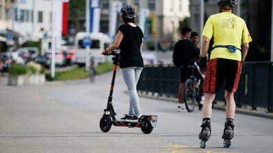 Wer auf den E-Scootern einen Helm trägt, profitiert neu von einer günstigeren Fahrt. (Bild: Stefan Kaiser, Zug, 15. Juli 2019)