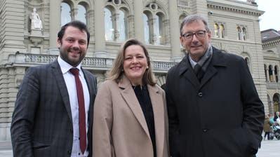 Josef Dittli zusammen mit Heidi Z'graggen und Simon Stadler vor dem Bundeshaus. (Bild: Elias Bricker (Bern, 2. Dezember 2019))