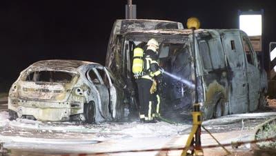 Ausgangs von Daillens wurden drei ausgebrannte Fahrzeuge entdeckt. Die Täter waren flüchtig. (Bild: Laurent Gilliéron / Keystone (Daillens, 2. Dezember 2019))