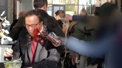 Die Attacke auf SVP-Alt-Nationalrat Christoph Mörgeli. (Bild: instagram.com/rjz.ch)