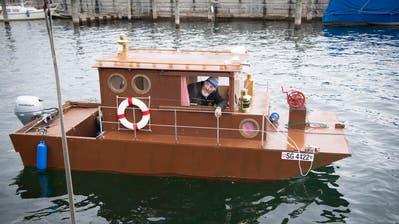 Es schwimmt! Emil Balmer nach der Einwasserung seines Boots im Rorschacher Hafen. (Bild: Ralph Ribi)