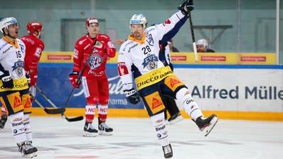 Yannick-Lennart Albrecht (Zug) jubelt nach seinem Treffer zum 1:0 für den EV Zug. (Freshfocus, Thomas Oswald)