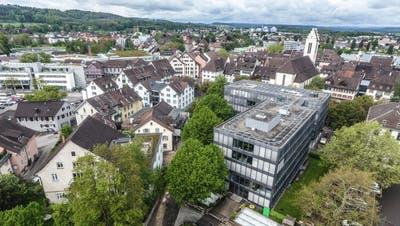 Vogelperspektive vom Botanischen Garten auf den Glaspalast und im Hintergrund das Rathaus (links) sowie die evangelische Stadtkirche. ((Bild: Olaf Kühne))