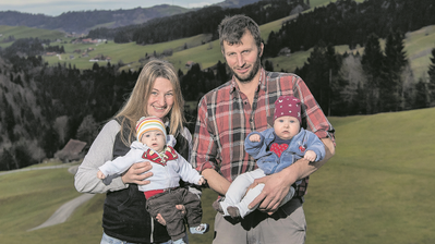 Ruth und Philipp Röösli mit den Zwillingen Martin (links) und Katja (rechts). (Bild: Pius Amrein (Bramboden, 20. Dezember 2019))