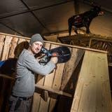 OK-Präsident Philipp Frei montiert ein ausgedientes Snowboard als Dekoration. ((Bild: Andrea Stalder))
