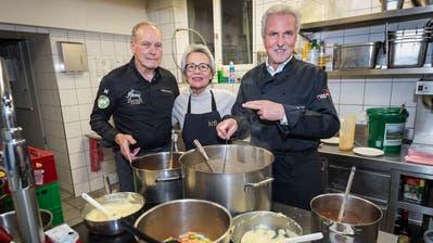 GourmetkochWolfgang Kuchler, Marisa Hauser und Ex-FCSG-Präsident Dölf Früh stehen am Montag in der St.Galler Gassenküche hinter den Kochtöpfen. (Bild: Hanspeter Schiess)