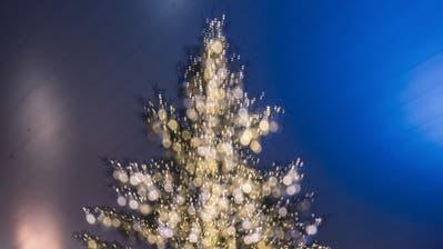 Start der Weihnachtsbeleuchtung in der Stadt Luzern. Auf dem Bild zu sehen sind Lichter- und Adventsimpressionen in der Stadt Luzern - hier der grosse Weihnachtsbaum bei Europaplatz vor dem KKL. Das Bid entstand am Samstag, 23. November 2019.Foto: Pius Amrein (Luzerner Zeitung)Weihnachten, Licht, Lichter, Weihnachtsbeleuchtung, Festtage, Advent (Pius Amrein  (lz), Luzerner Zeitung)