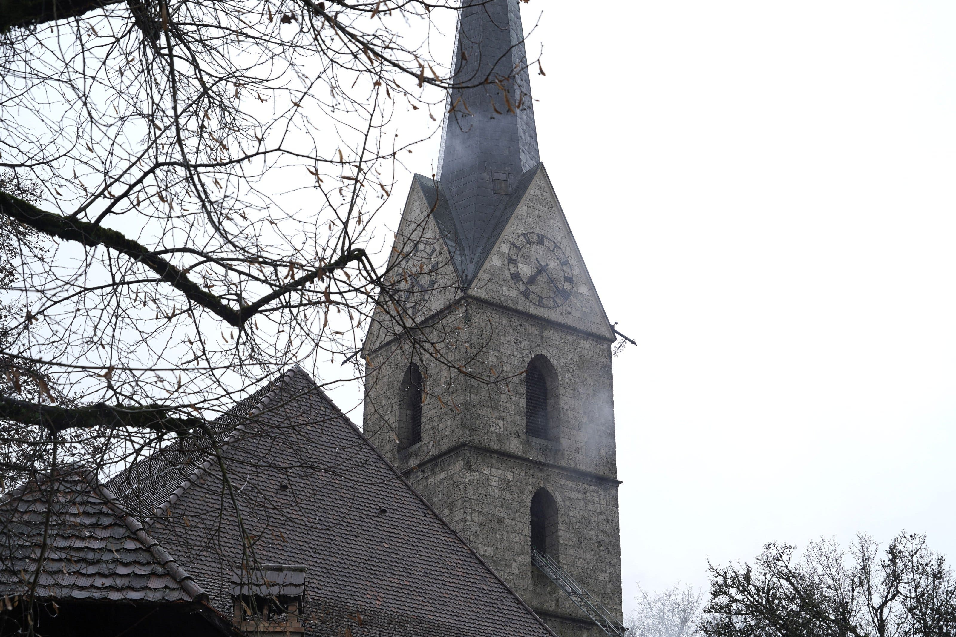 Der Turm der reformierten Kirche in Herzogenbuchsee BE brennt am 24. Dezember 2019 (Bild: keystone)