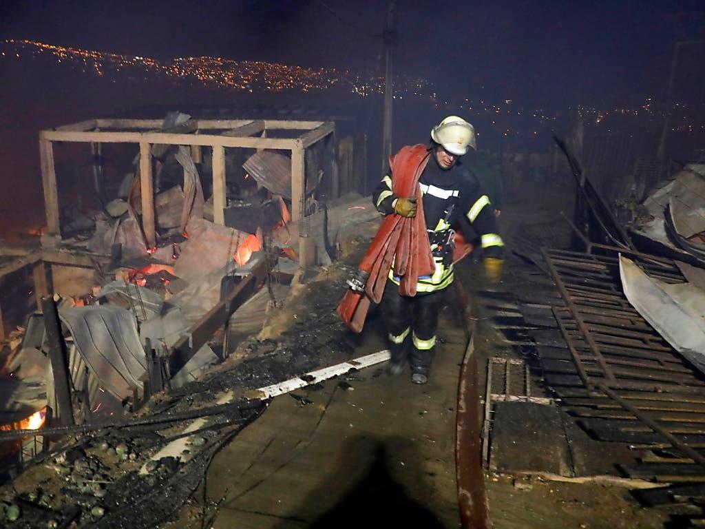 In der chilenischen Hafenstadt Valparaíso ist nach Angaben des Zivilschutzes eine Fläche von 100 Hektar von den Bränden betroffen - das entspricht etwa 140 Fussballfeldern.
