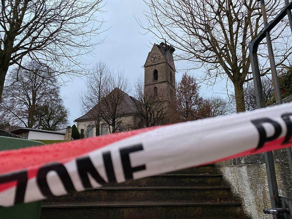 Am Weihnachtstag wurde der Schaden sichtbar: Der Spitze der Kirche fehlt, es klafft ein Loch im Kirchenschiff.