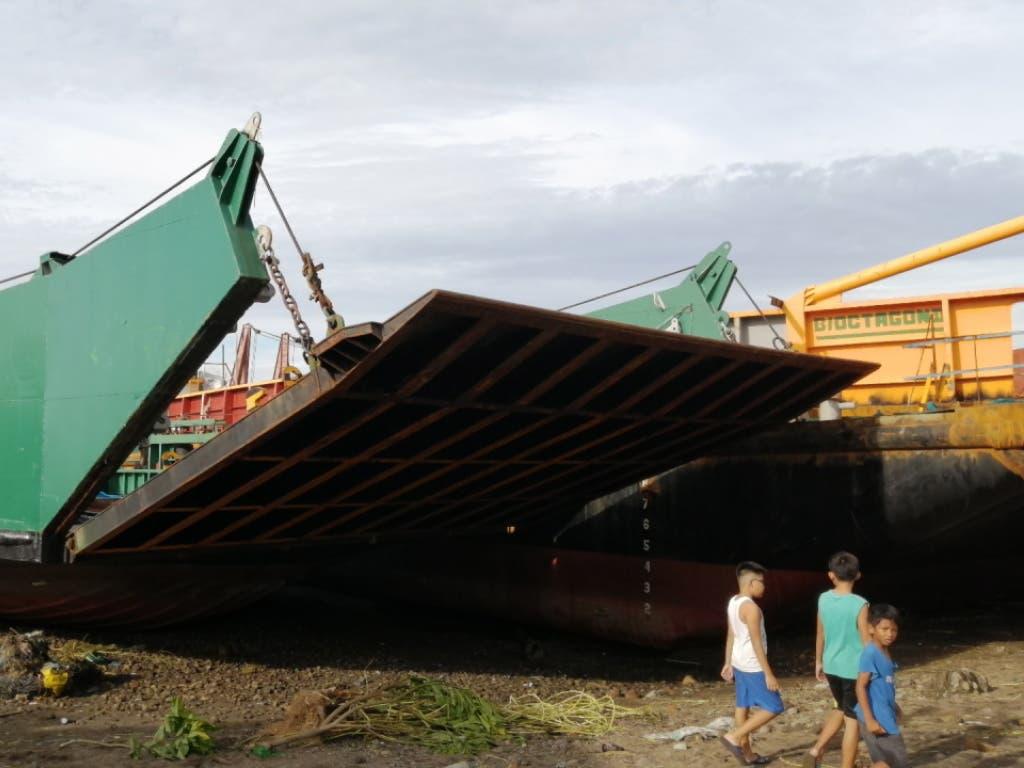 Der Taifun «Phanfone» hat an Weihnachten in der philippinischen Ortschaft Ormoc ein Frachtschiff an die Küste gespült.