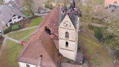 Schaden in Millionenhöhe: Drohnenbilder zeigen das Ausmass der Zerstörung der Kirche in Herzogenbuchsee +++ Hier stürzt die Turmspitze ein