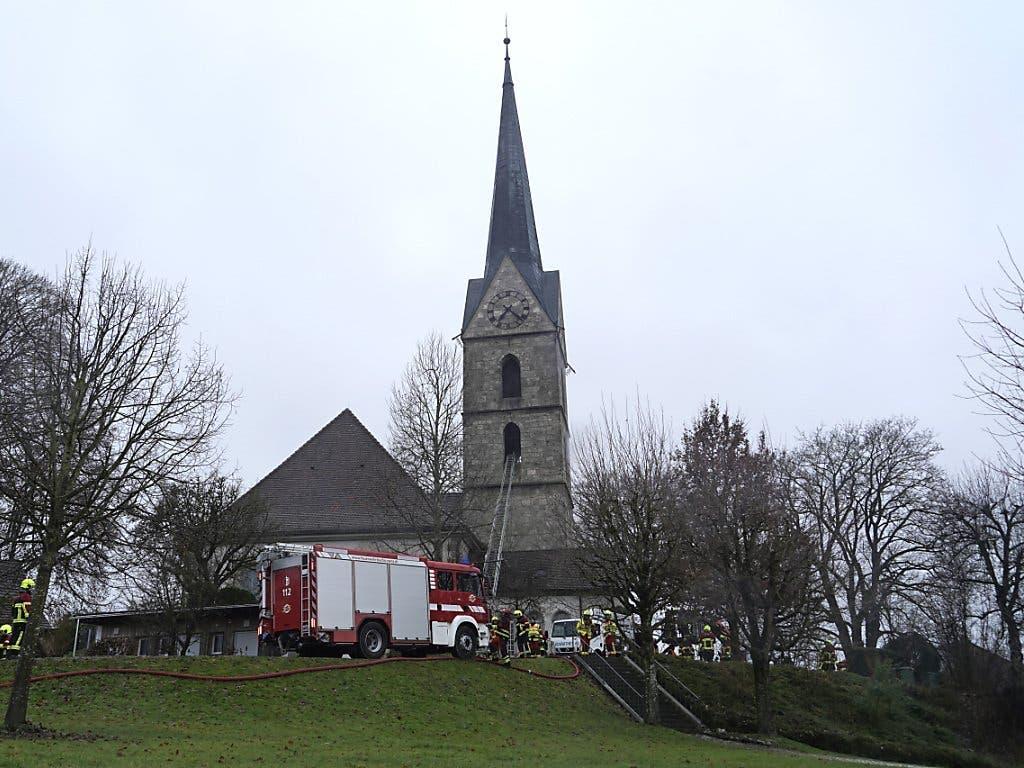 Über 80 Angehörige von mehreren Feuerwehren waren am Dienstagmorgen ausgerückt, um den Brand zu löschen. (Bild: KEYSTONE/k_sim)