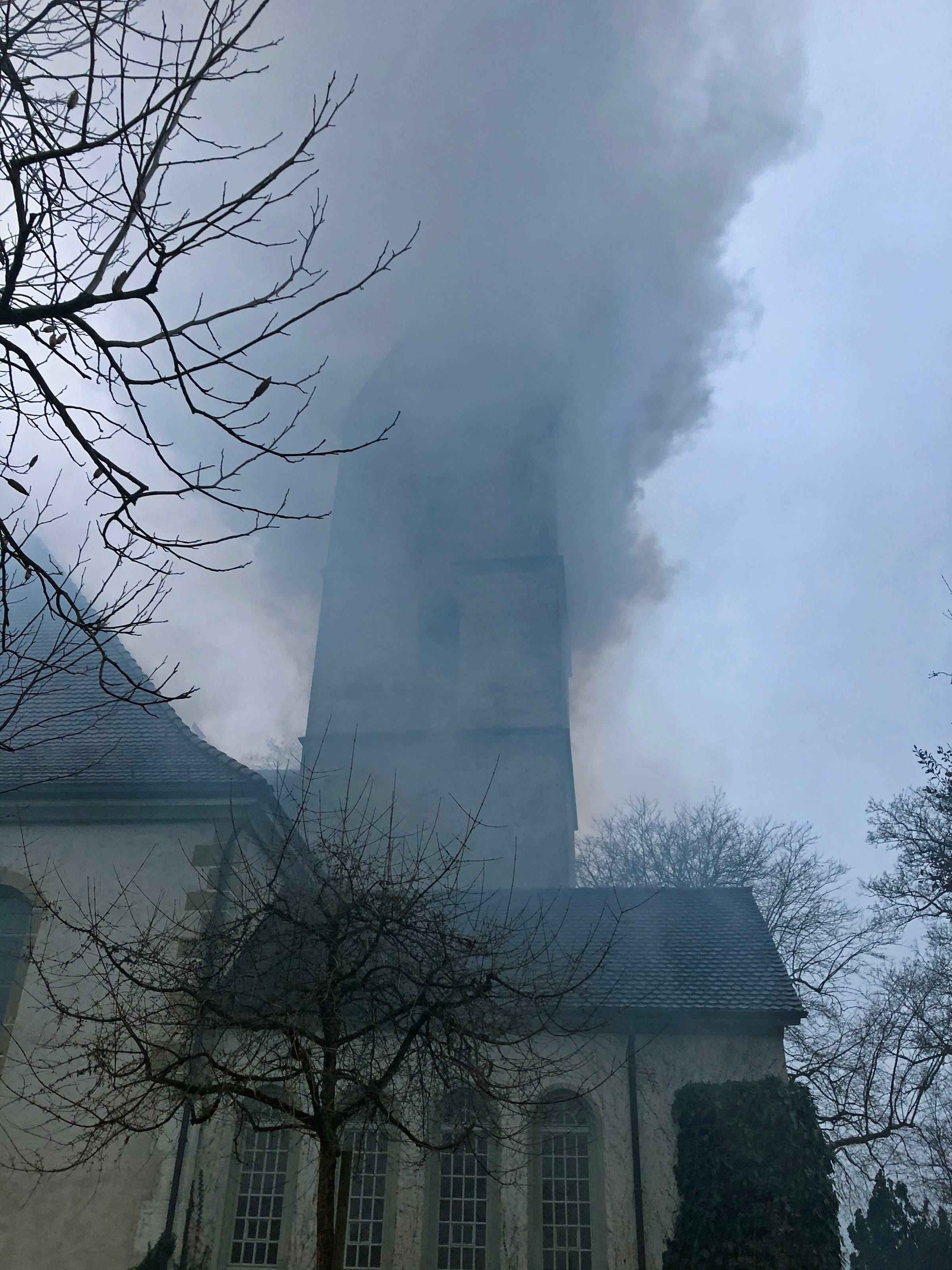 Aus dem Kirchturm steigender Rauch (Bild: Kapo BE)