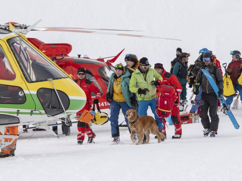 Mit Helikoptern und Hunden: Suche nach allfälligen weiteren Verschütteten in der Lawine bei Andermatt.