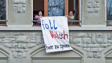 Mit solchen Transparenten wie hier am Maihof-Schulhaus protestierten Lehrerinnen und Lehrer gegen die kantonalen Sparmassnahmen. ((Bild: Pius Amrein, Luzern 23. November 2015))