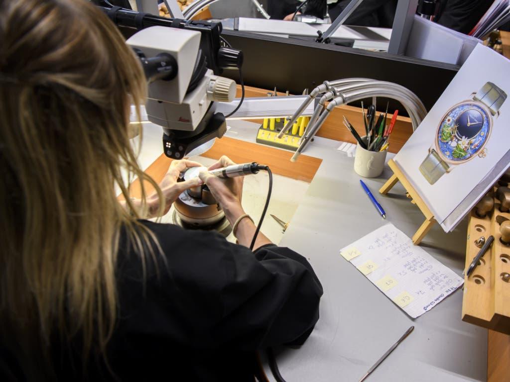 Die Schweizer Uhrenindustrie blickt dank des Booms bei teuren Uhren auf ein gutes Jahr zurück. Im Bild eine Mitarbeiterin der Manufaktur Jaquet Droz in La Chaux-de-Fonds.