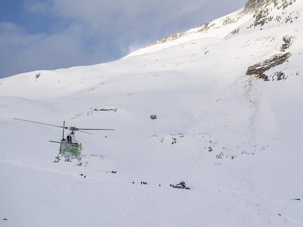 Eine Lawine ist am Donnerstagvormittag auf eine Skipiste im Gebiet Andermatt-Sedrun niedergegangen. Bislang wurden sechs Personen geborgen, zwei sind leicht verletzt. Die Suche nach weiteren möglicherweise Verschütteten dauert an.