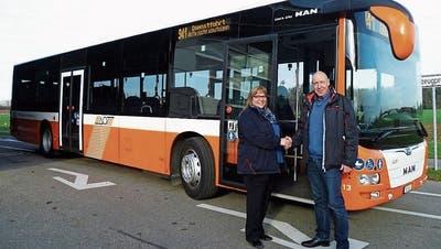 Übergabe eines der neuen MAN-Busse vonStandortleiterDaniel Richter an die Busfahrerin Monika Neuhauser. ((Bild: PD))