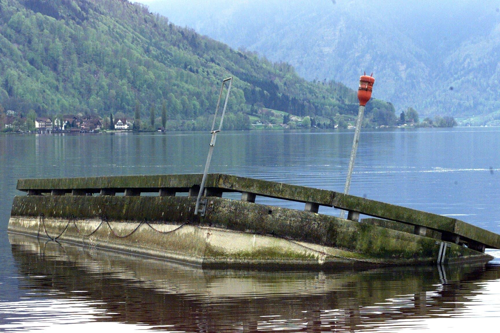 Die vom Sturm Lothar zerstörte Anlegestelle im Zuger See.