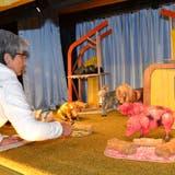 Regisseurin Barbara Rhyner gibt den Spielerinnen Anweisungen, wie die Puppen aufgestellt werden sollen. (Bild: PD)