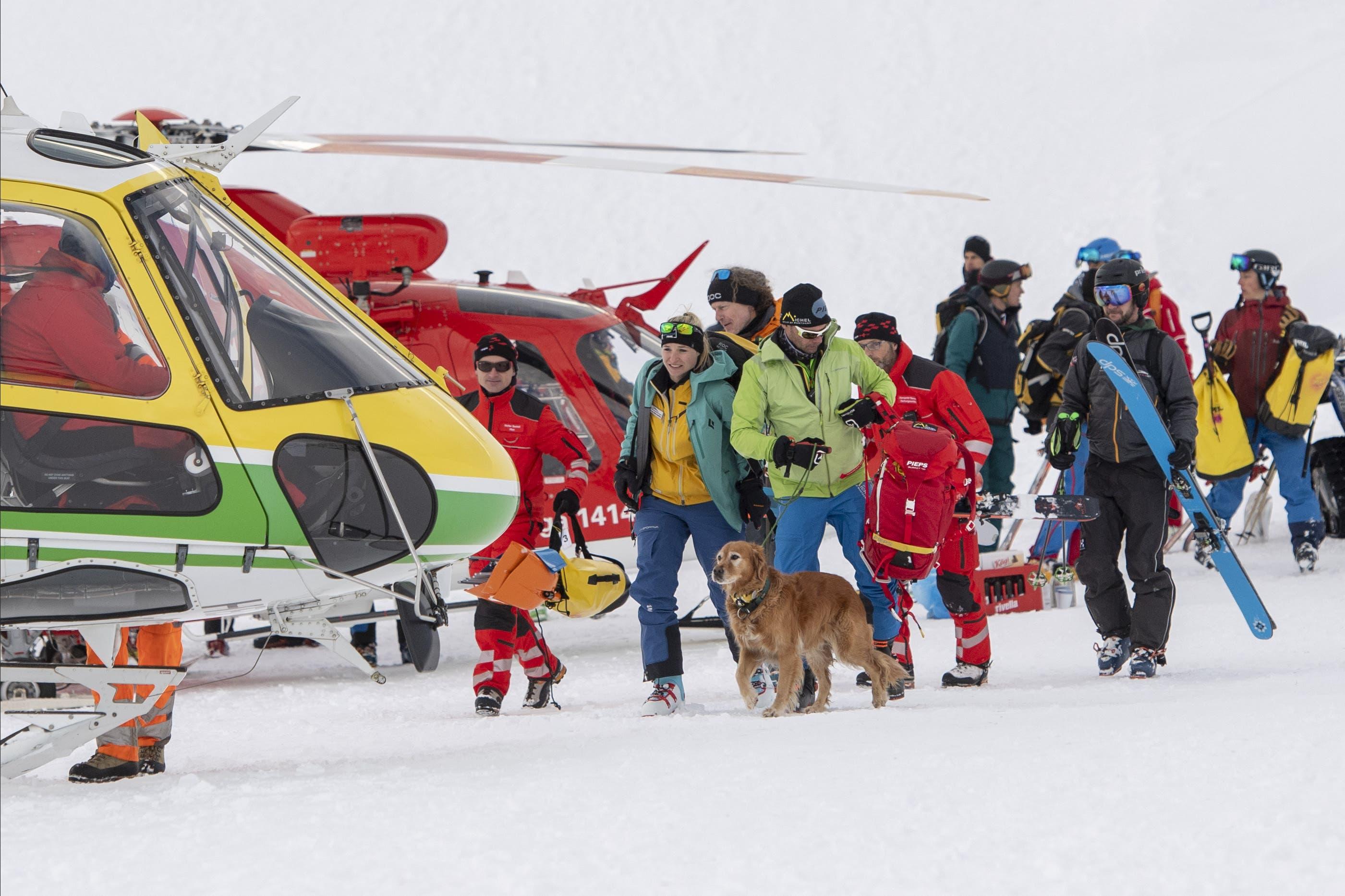 Mit Helikopter und Hunden wird nach allfälligen Verschütteten gesucht.