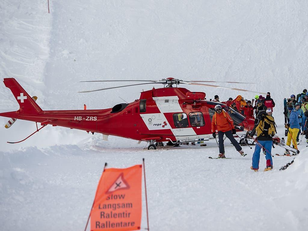 Lawinenniedergang auf Piste in Andermatt: Helfer suchen nach weiteren Verschütteten.
