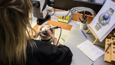 Die Schweizer Uhrenindustrie blickt dank des Booms bei teuren Uhren auf ein gutes Jahr zurück. Im Bild eine Mitarbeiterin der Manufaktur Jaquet Droz in La Chaux-de-Fonds. (KEYSTONE/ANTHONY ANEX)