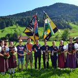 Die Festsieger des Obertoggenburger Feldschiessens 2019 in Nesslau, flankiert von den Fahnen und den Ehrendamen. (Bild: Peter Jenni)