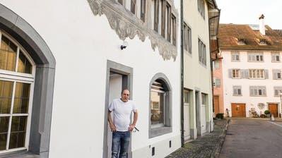 Rolf Kern vor der Tür seiner Klosterbäckereiin der Kirchgasse. ((Bild: Thomas Brack))