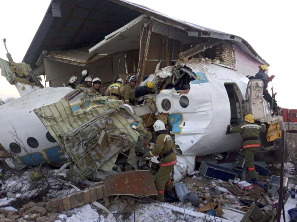 Beim Absturz eines Passagierjets der kasachischen Fluggesellschaft Bek Air unmittelbar nach dem Start in Almaty sind am Freitag mindestens 14 Menschen ums Leben gekommen.