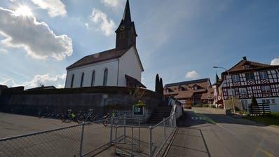Die Kirche in Illighausen befindet sich gleich neben der Schule. ((Bild: Reto Martin))