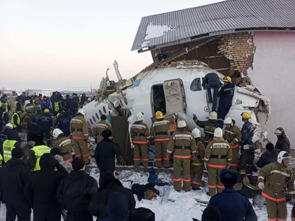 Das abgestützte Flugzeug krachte am Freitag in Kasachstan in ein zweistöckiges Gebäude.