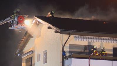 In Uzwil hat am Donnerstagabend ein Mehrfamilienhaus gebrannt. (Bilder: BRK News)