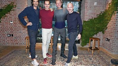 Roger Federer mit den Gründern von On. (George Chinsee/WWD)