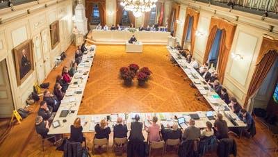 Ein Bild aus der Budgetsitzung von diesem Dezember: Gemeinderat und Stadtrat im Grossen Bürgersaal bei der Arbeit. ((Bild: Andrea Stalder))