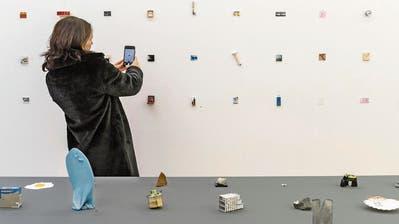 Aufforderung zum Fokussieren: bei Kunst im Kleinformat schaut man ganz genau hin. Wer da eine lange Nase bekommt, ist selber schuld (siehe Kunstwerk).