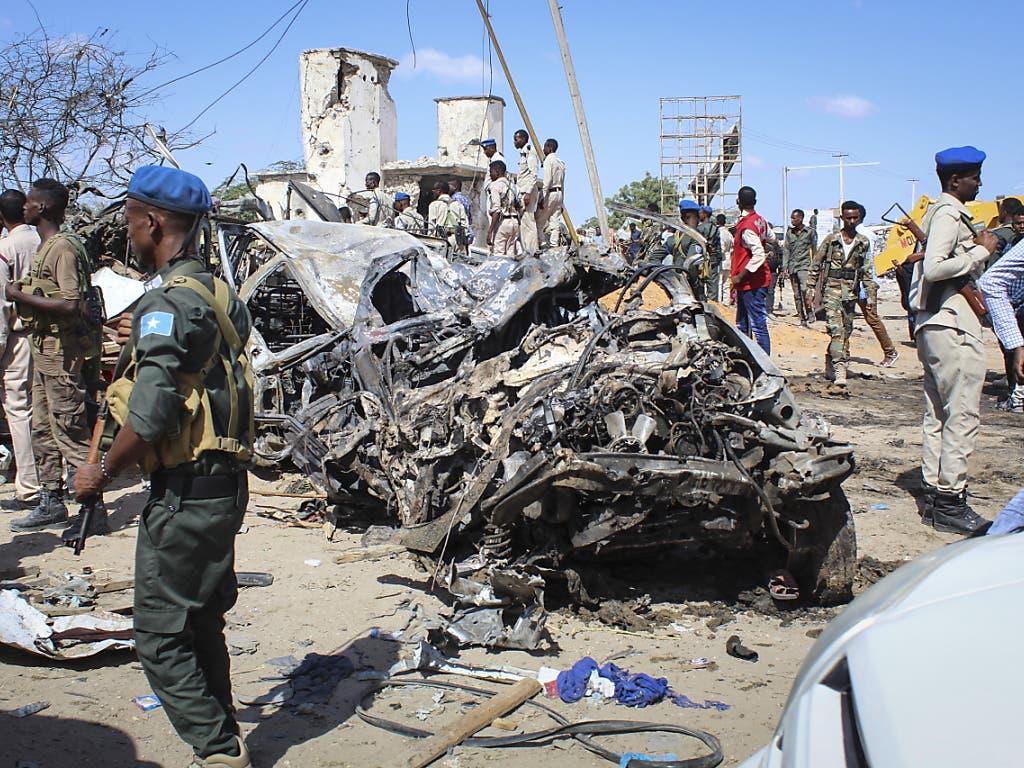 Ein Bild der Verwüstung in Mogadischu: Ein mit Sprengstoff beladener Lastwagen war an einem Kontrollpunkt in einem belebten Stadtviertel während des morgendlichen Berufsverkehrs in die Luft geflogen.