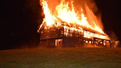 Die Scheune in Waldstatt ist völlig abgebrannt. ((Bilder: Kapo AR))