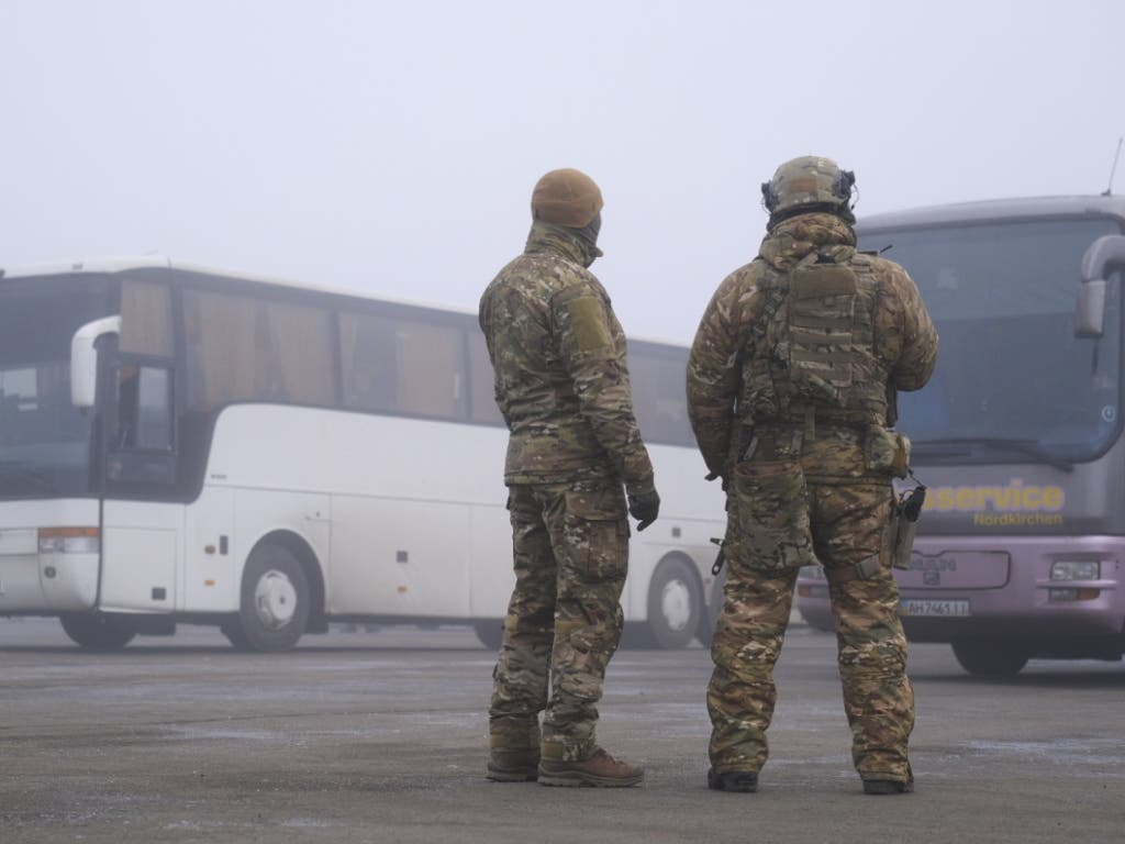 Ukrainische Soldaten vor Bussen für den Gefangenenaustausch.
