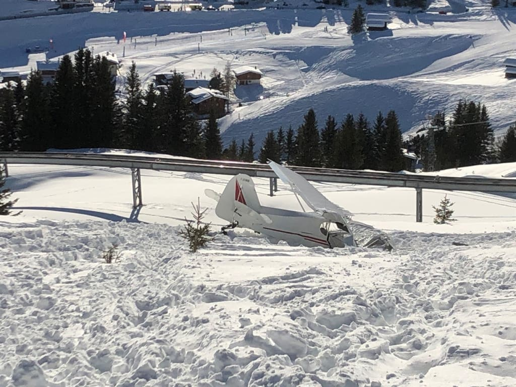 Das abgestürzte Flugzeug in Arosa wurde stark beschädigt, die zwei Insassen wurden schwerverletzt ins Spital gebracht.