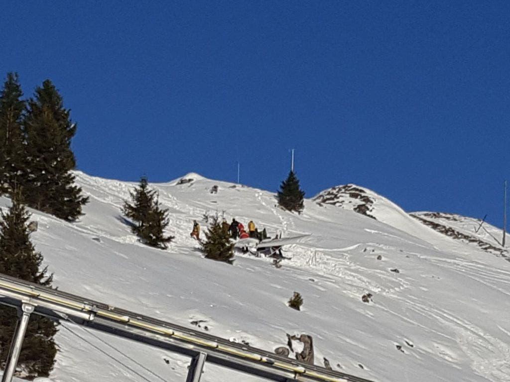 Das abgestürzte Kleinflugzeug in der Nähe der Bergstation Tschuggen in Arosa GR: Die Rega hat die zwei Insassen nach dem Unfall ins Spital gebracht.